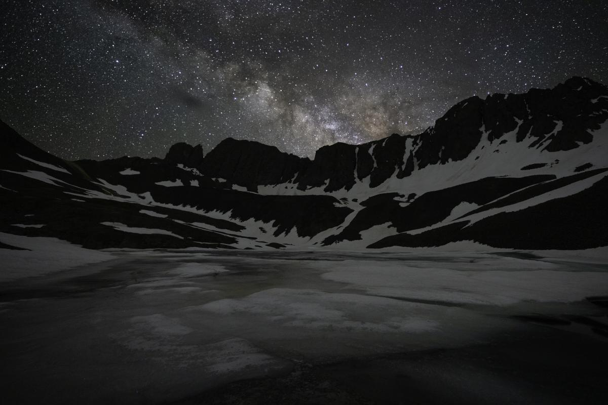 Photo of the mountains in the night sky